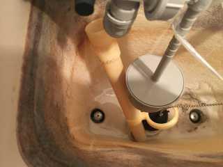 折れているオーバーフロー管