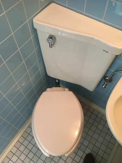 現場の水漏れしているトイレ