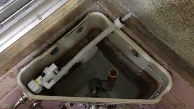 トイレ水漏れ修理後の隅付けロータンク内部