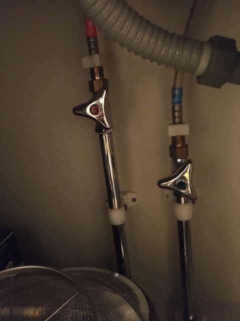 キッチン下のアングル止水栓