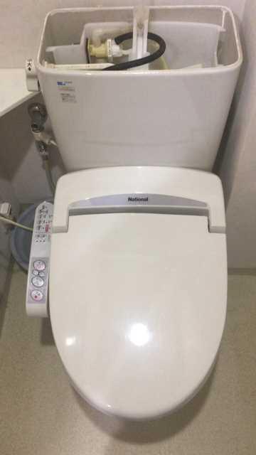 INAX製便器にナショナル製温水洗浄便座が取り付けられています