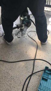 埋設浄水器を取り出すためにコンクリートを削り中