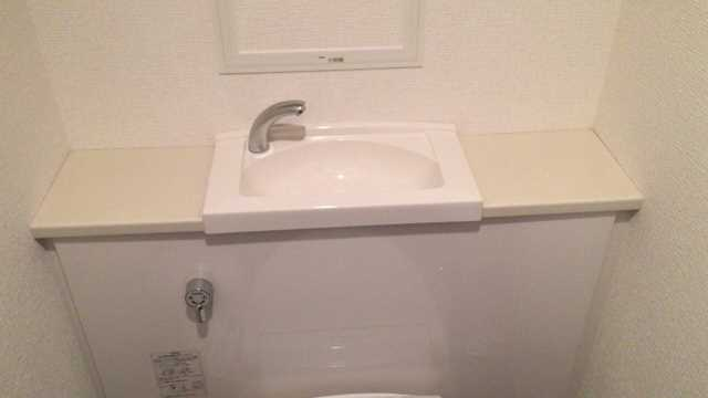 ロータンクが壁内に隠れているタイプのトイレ
