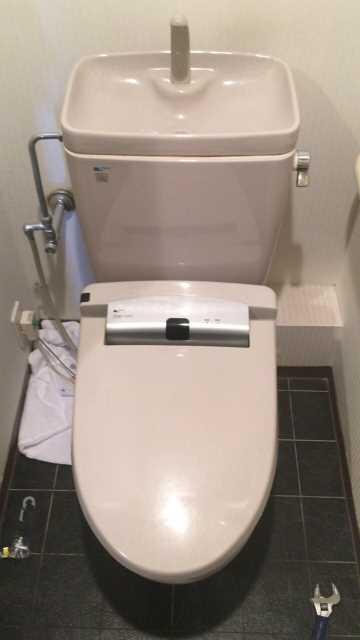 交換前のINAX製温水洗浄便座