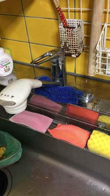 キッチンの根本から水漏れしているツーホールシングルレバー混合水栓