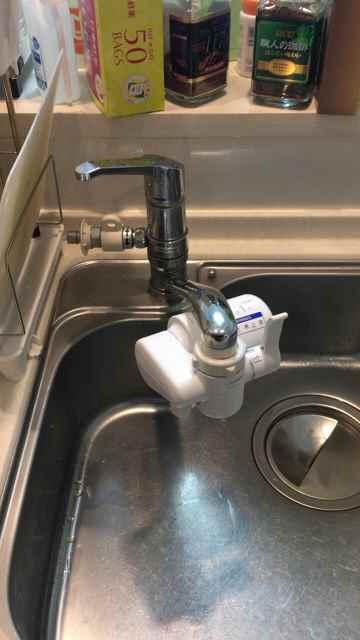 キッチンの水漏れしている分岐水栓付きワンホールシングルレバー混合水栓