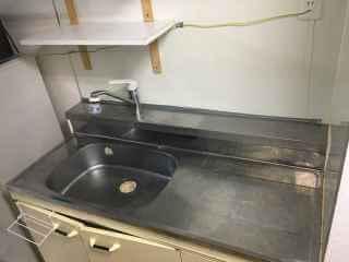 キッチンの裏で水漏れ 隙間から水が出てくる?漏水修理
