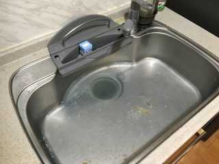 水が溢れているキッチンシンク