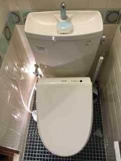 便器と床の間から水漏れしているトイレ