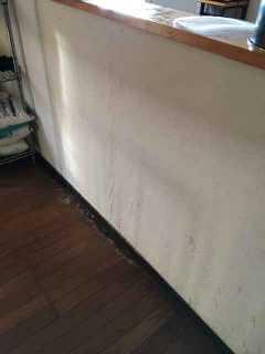 キッチンの裏の壁の中で水漏れしている